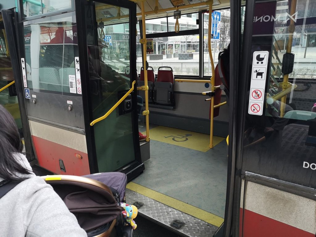 底床タイプのバスの乗降口