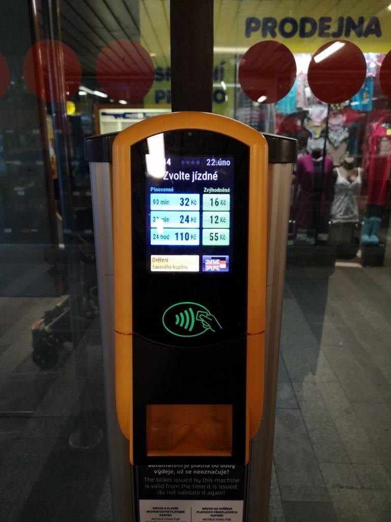 クレジットカード専用のプラハ市内交通の券売機