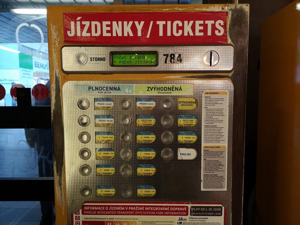 硬貨専用のプラハ市内交通の券売機
