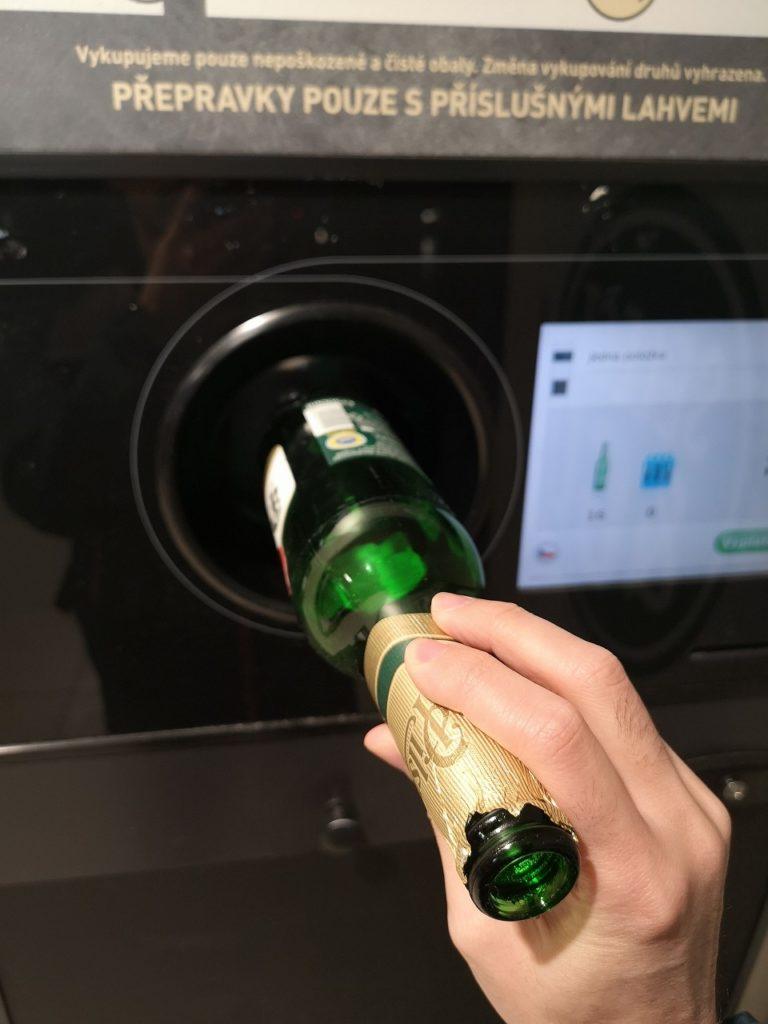 ビール瓶回収機にビール瓶を入れているところ
