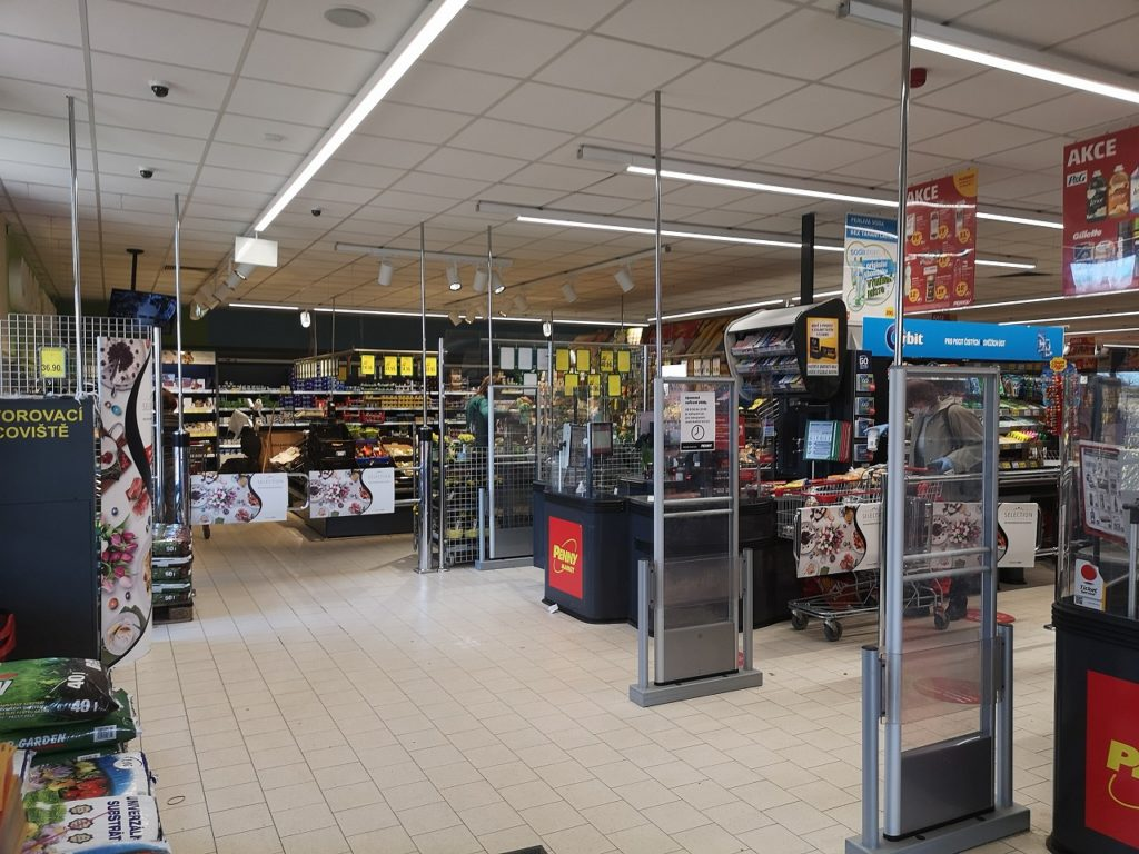 スーパーの入口と出口