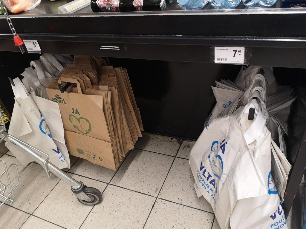 レジのコンベアーの下で売られているレジ袋