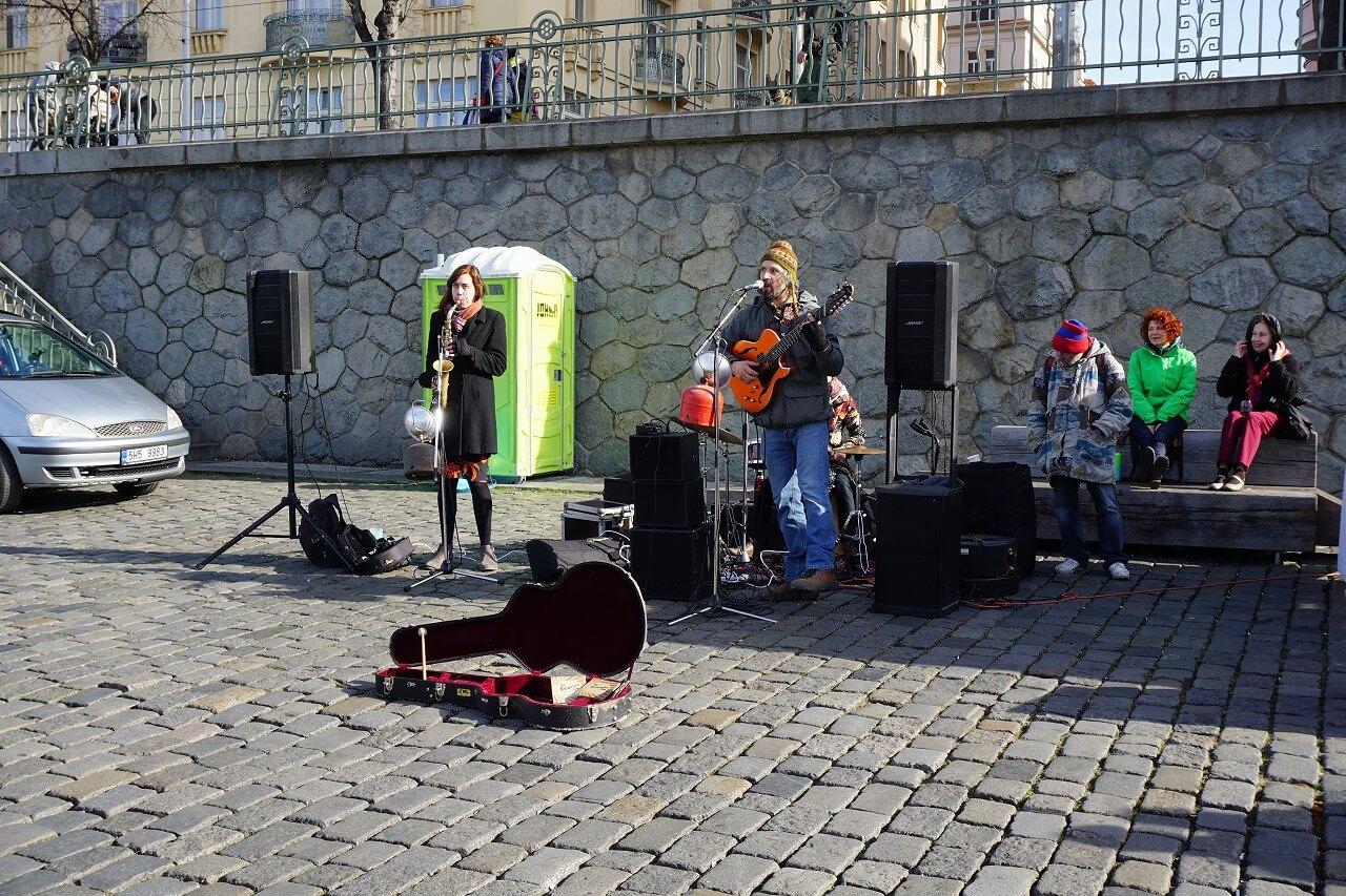 ナープラフカで演奏するバンド