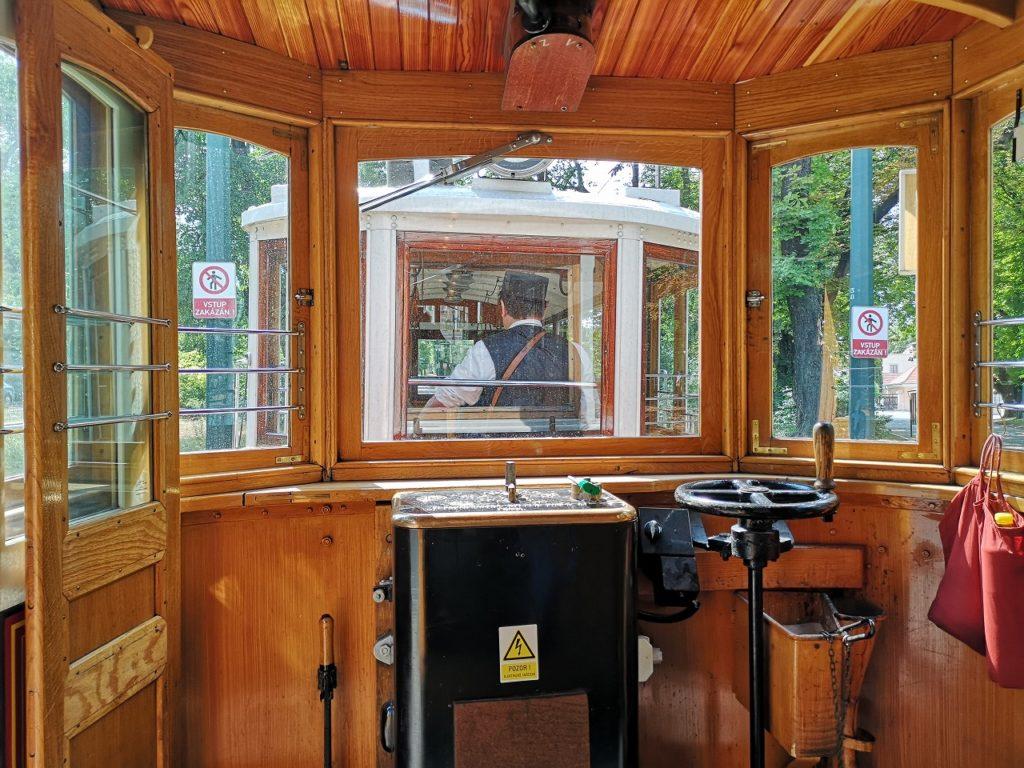 観光トラム運転席