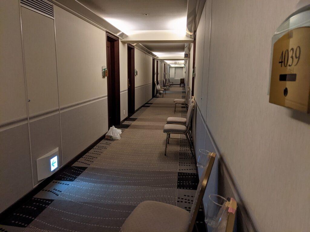 隔離ホテル部屋の前